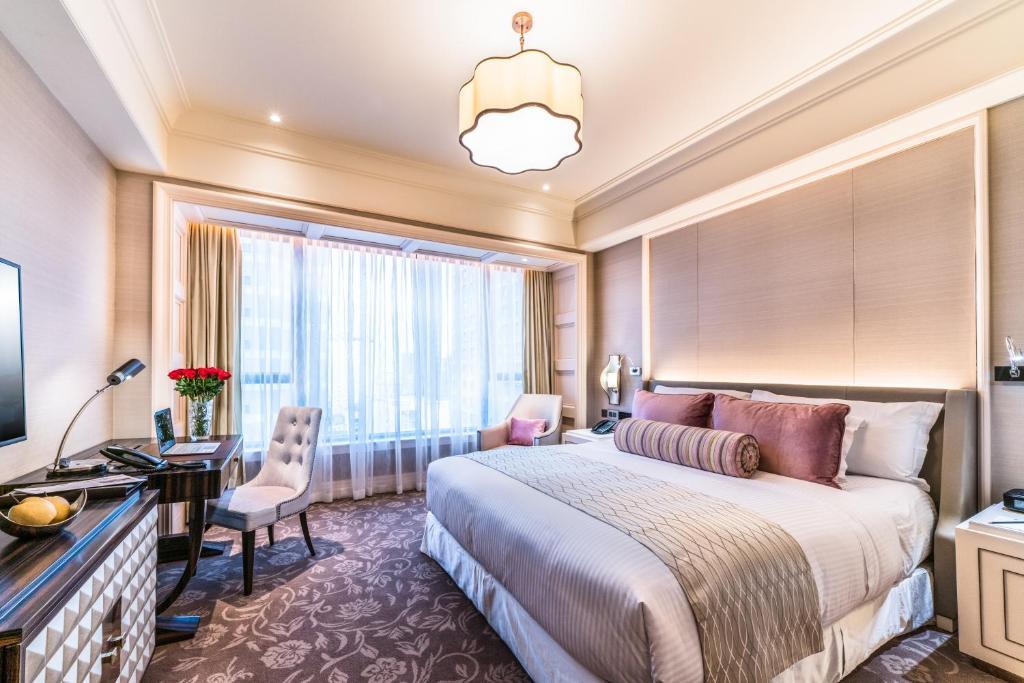 Phòng signature giường king khách sạn Caravelle Sài Gòn